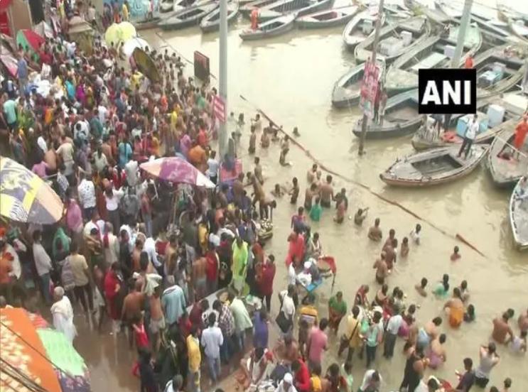 India: Devotees throng Varanasi, flout Covid-19 curbs