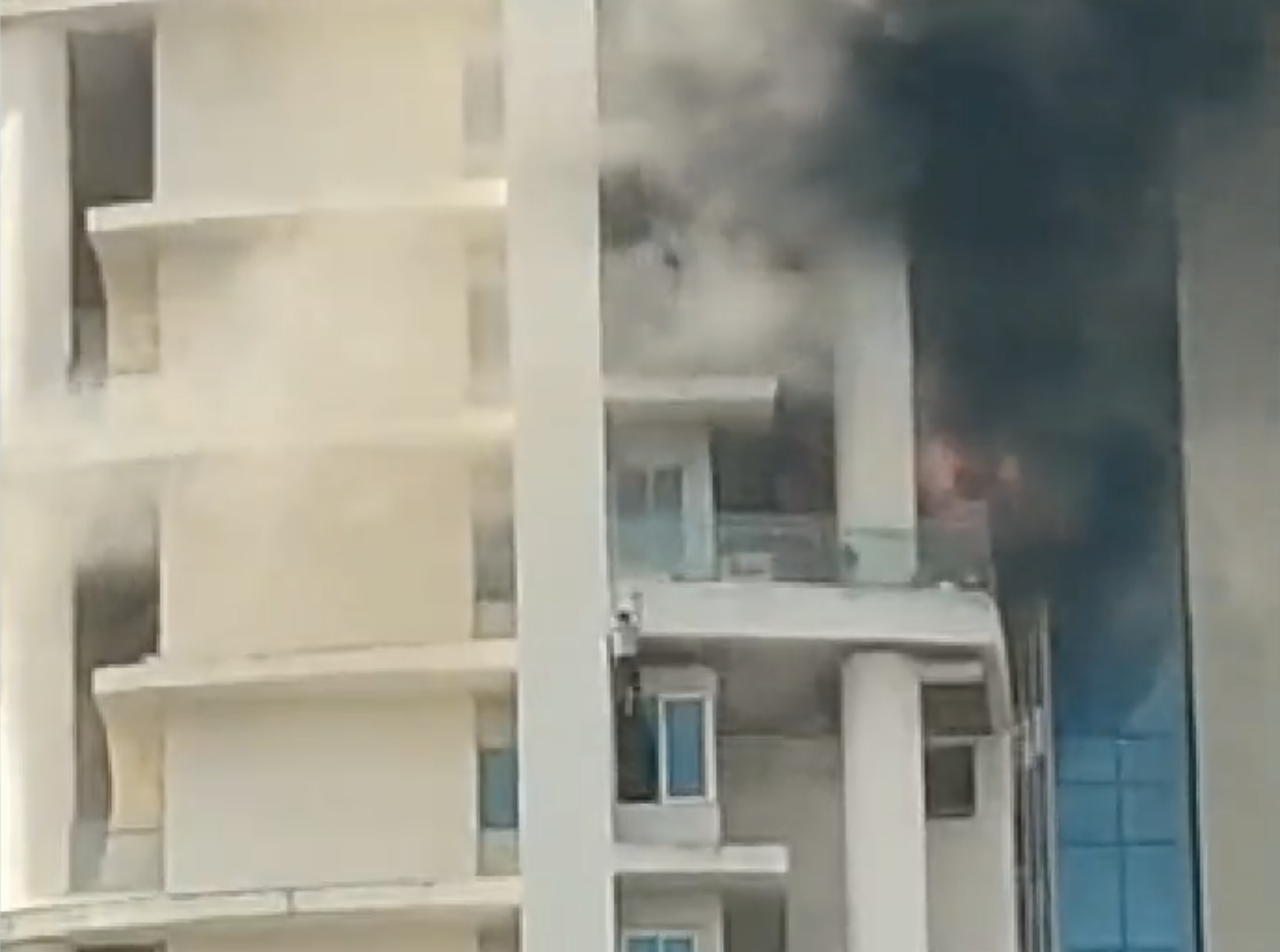 India: Man falls to death after massive fire breaks out in Mumbai apartment